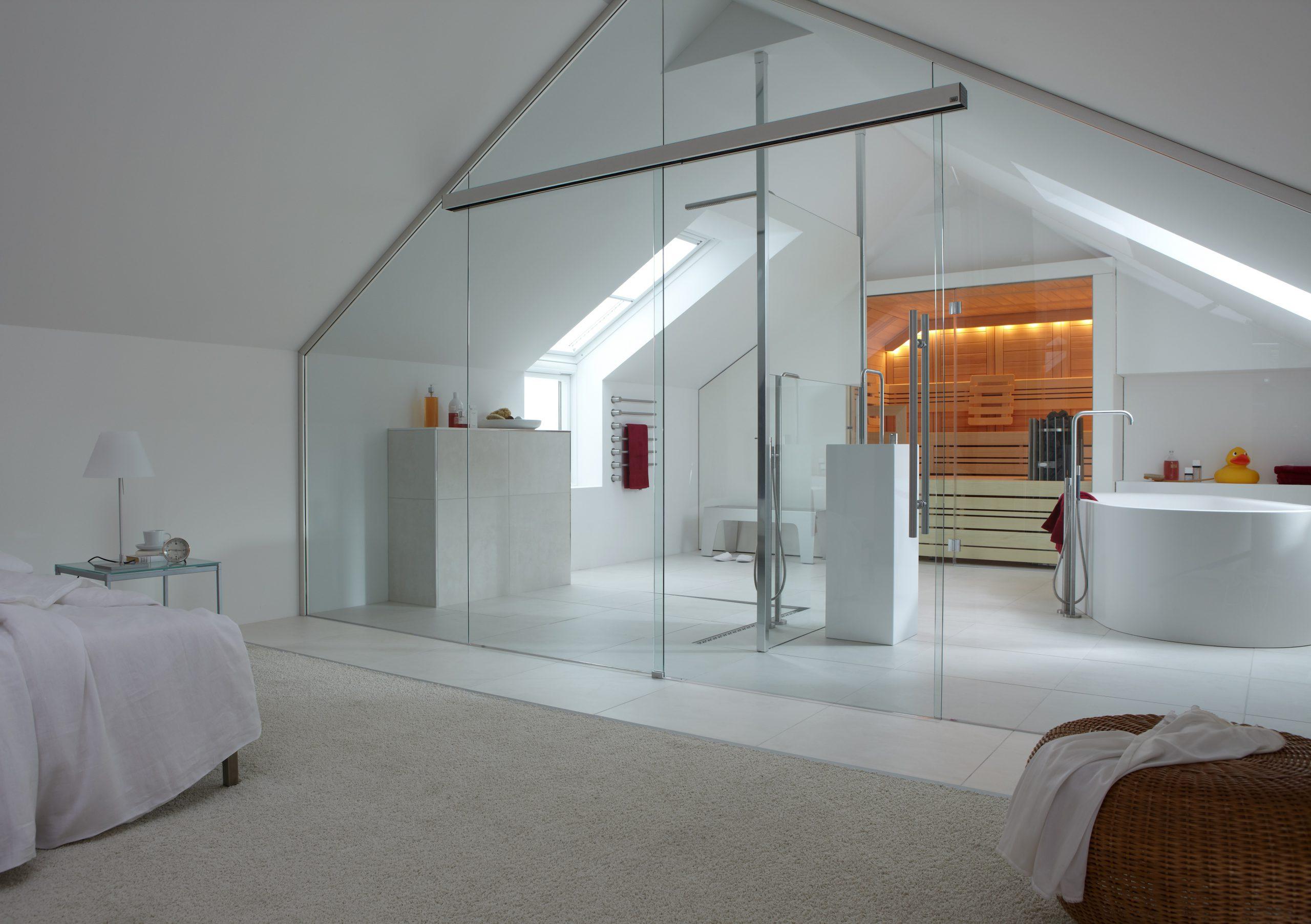 Klares Glas teilt Schlafzimmer und Badezimmer