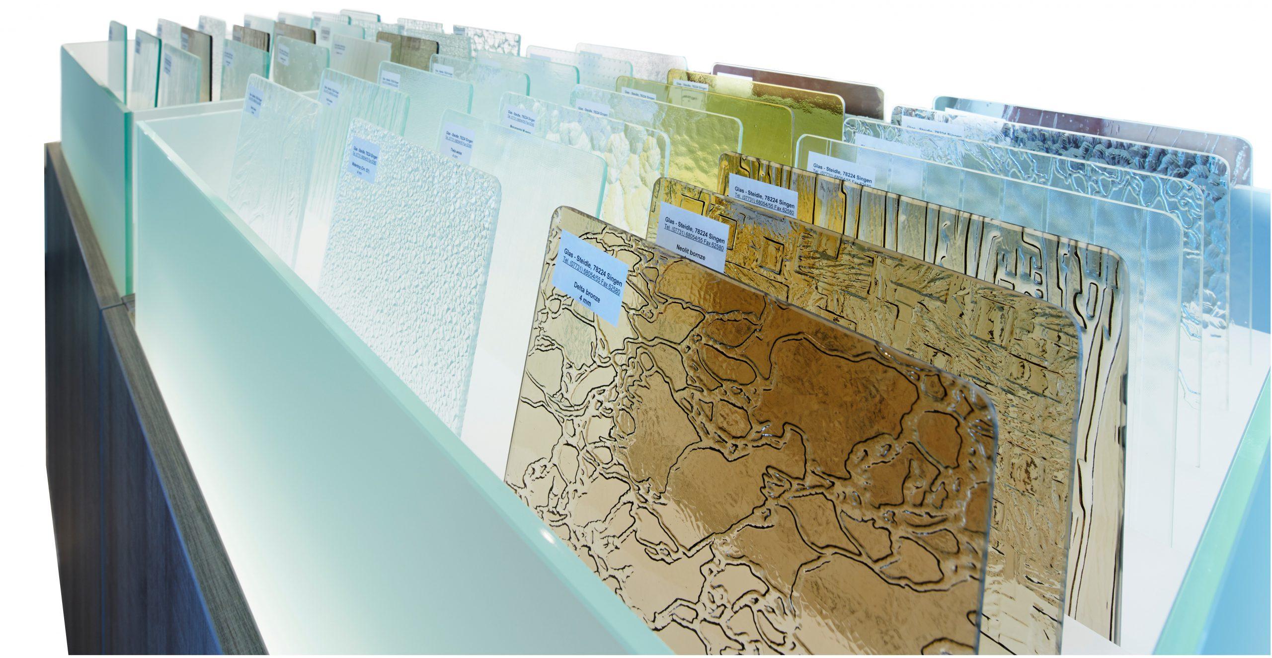Strukturierte Glasmuster in verschiedenen Farben