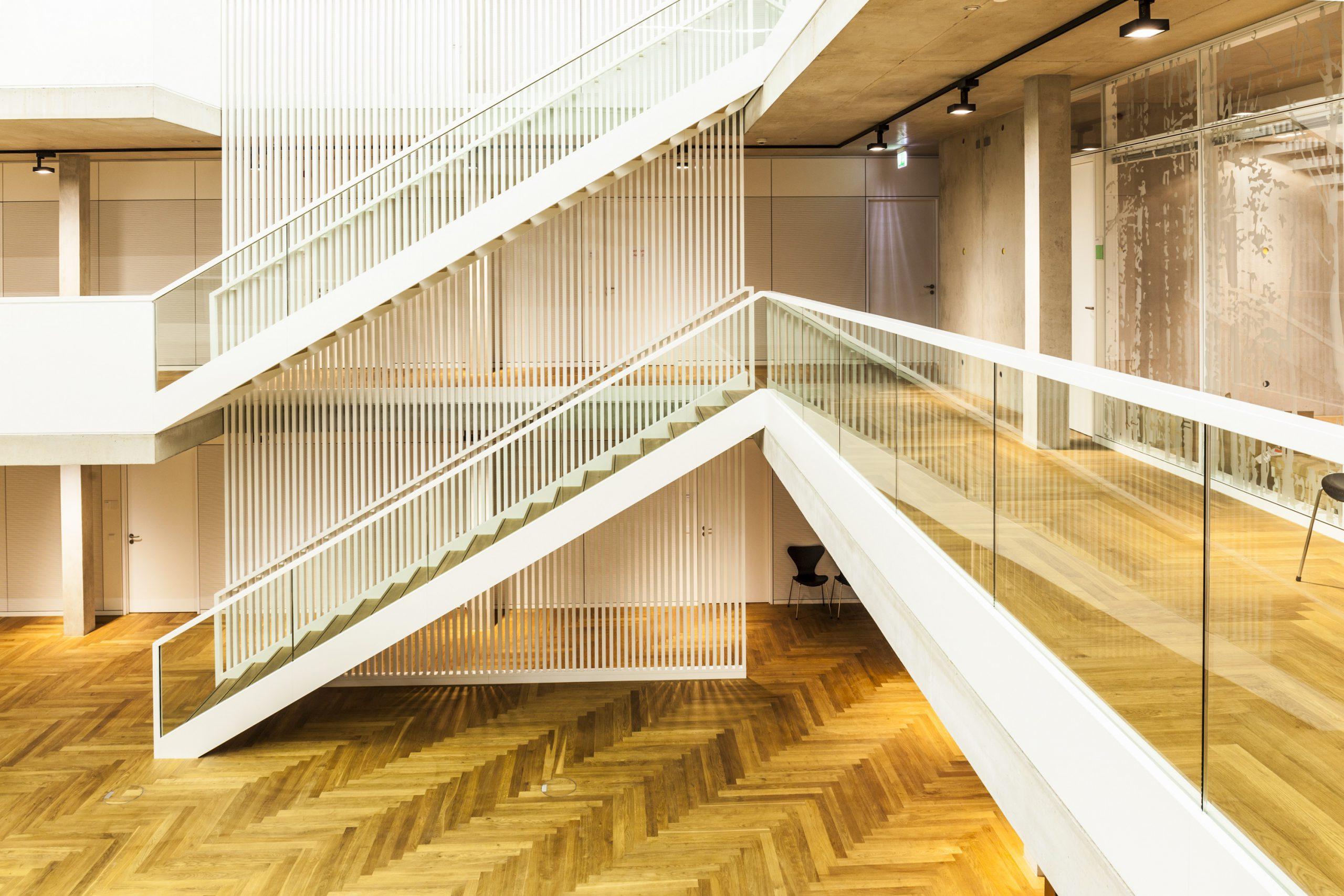 Klares Glas als Balustrade. Holzböden und weiße Geländer.