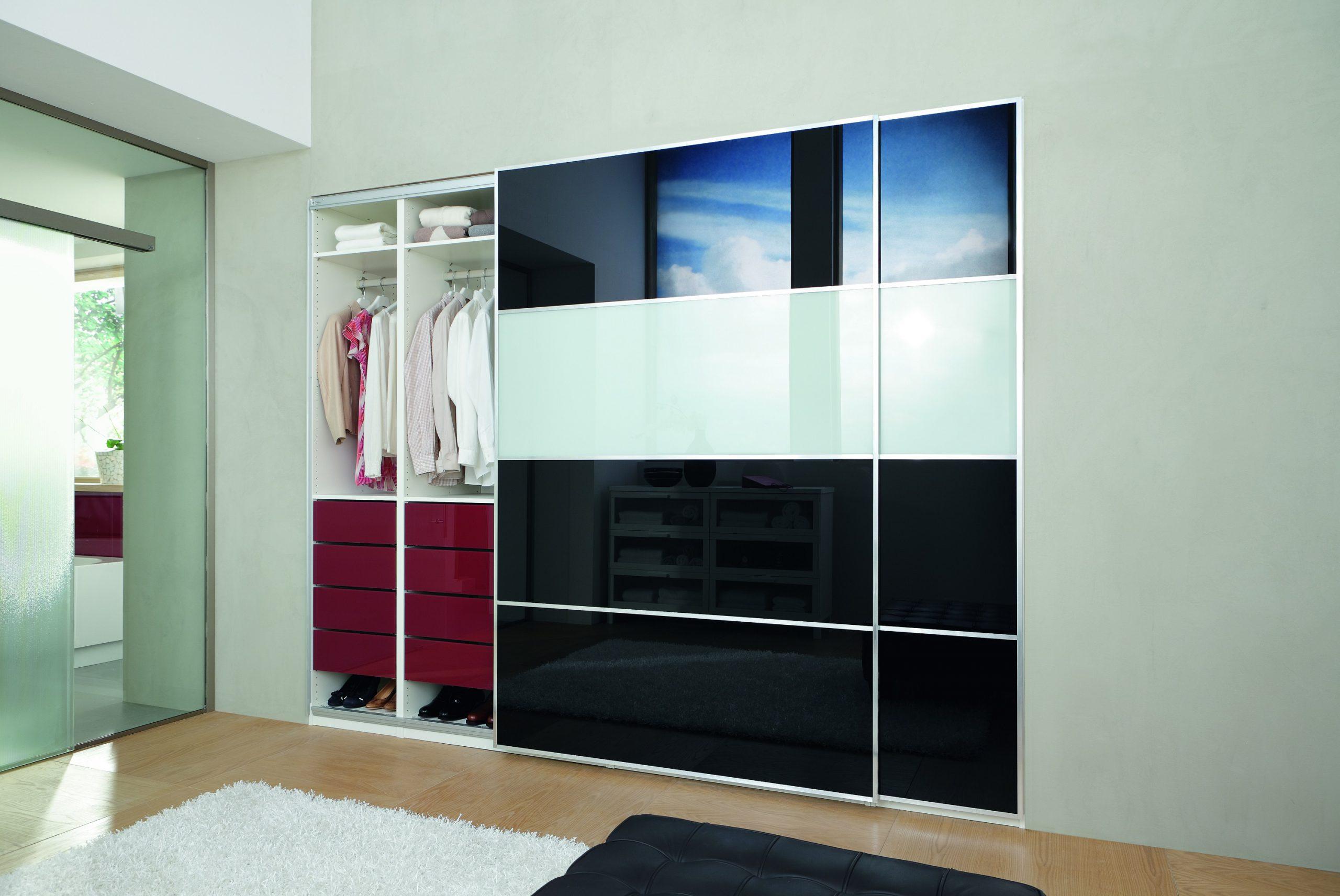 Schwarz-Weiß lackiertes Glas PLANILAQUE bildet die Front eines Kleiderschranks